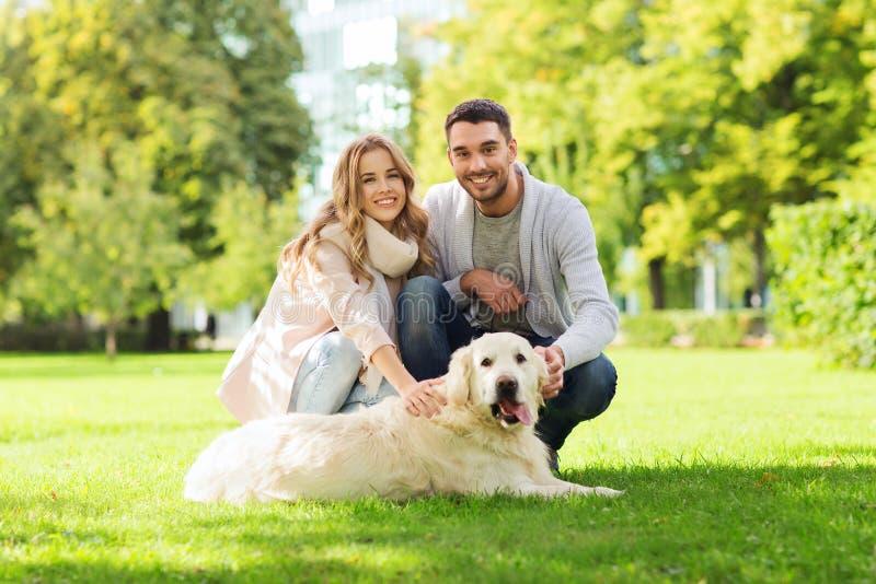 Szczęśliwa para z labradora psa odprowadzeniem w mieście obraz royalty free