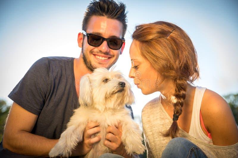 Szczęśliwa para z psem zdjęcia stock