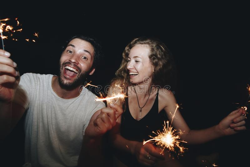 Szczęśliwa para z sparklers w nocy obraz stock