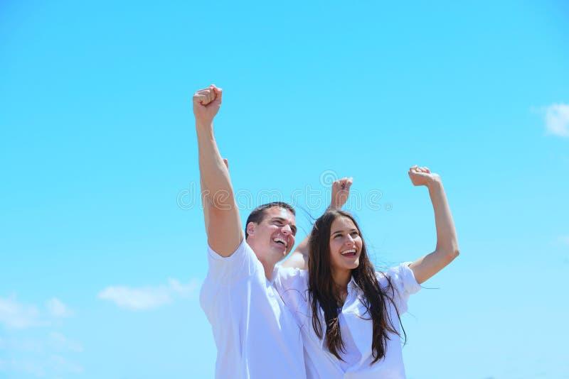 Szczęśliwa para zabawę na plaży obraz royalty free