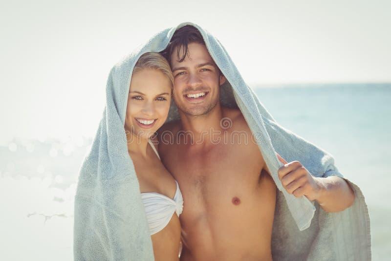 Szczęśliwa para zakrywa ich głowy z ręcznikiem zdjęcie royalty free