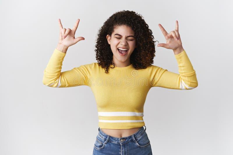 Szczęśliwa partyjna dziewczyna ma zabawę cieszy się chłodno muzycznego trwanie beztroskiego zamkniętego oko kija jęzor zachwycają obrazy royalty free