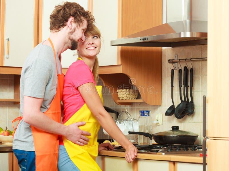 Szczęśliwa pary kobieta, mężczyzna smaży kurczaka cutlet i obrazy royalty free