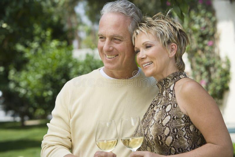 Szczęśliwa pary odświętność Z winem obraz royalty free