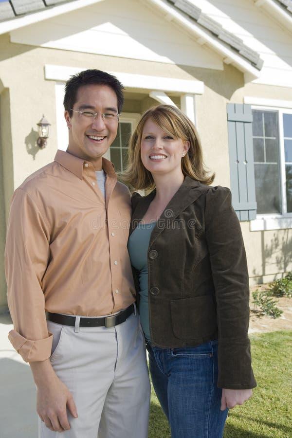 Szczęśliwa pary pozycja Na zewnątrz Ich nowego domu zdjęcia royalty free