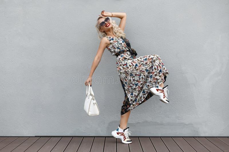Szczęśliwa piękna śmieszna młoda kobieta z okularami przeciwsłonecznymi z bielem fotografia stock