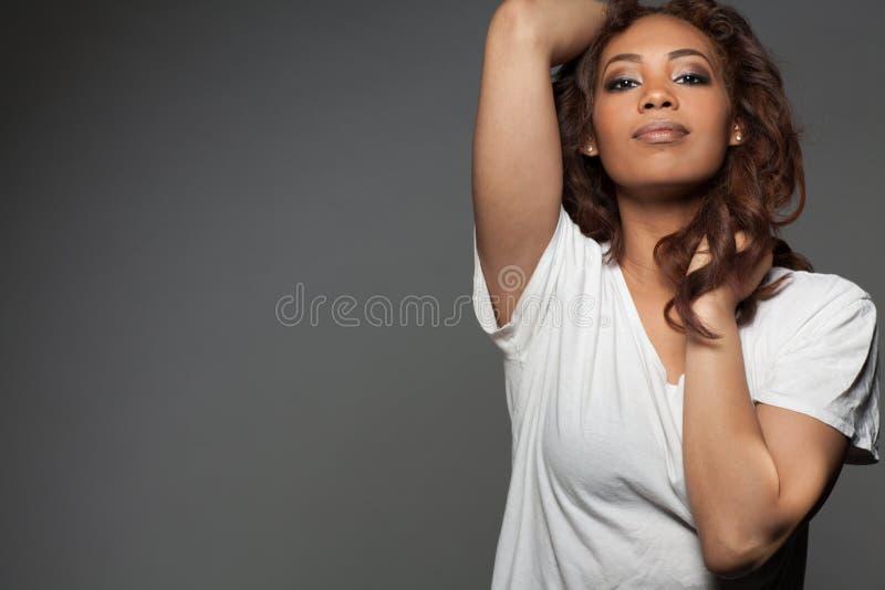 Szczęśliwa piękna amerykanin afrykańskiego pochodzenia kobieta obrazy royalty free
