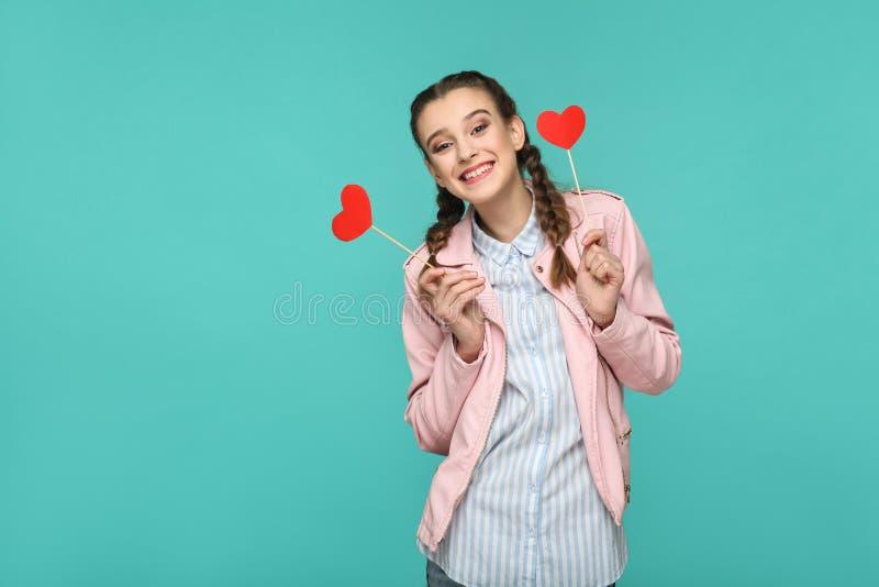 Szczęśliwa piękna dziewczyna w przypadkowym stylu, pigtail fryzurze i menchiach, fotografia royalty free
