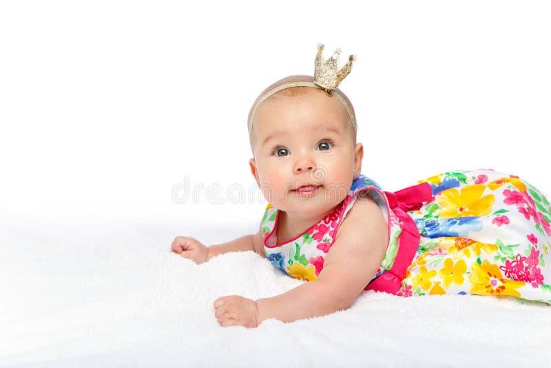 Szczęśliwa piękna dziewczynka z koroną na głowie obraz stock