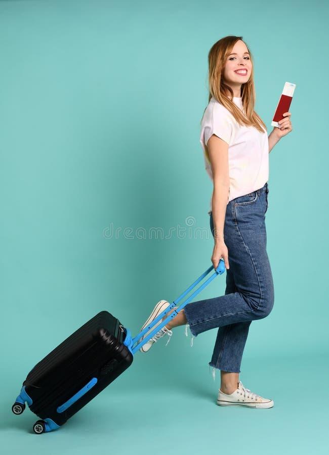 Szczęśliwa piękna kobieta gotowa na podróż zdjęcia stock