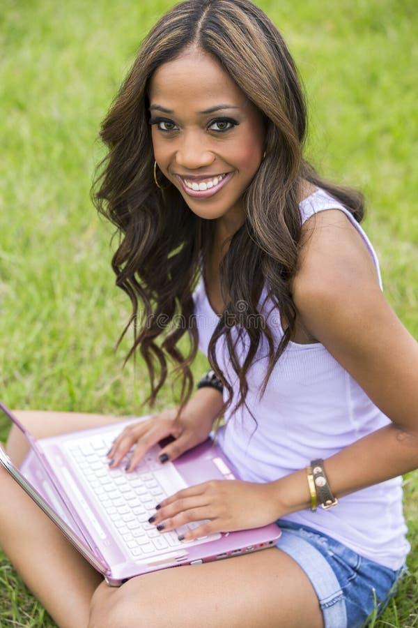 Szczęśliwa piękna kobieta używa komputer obraz royalty free