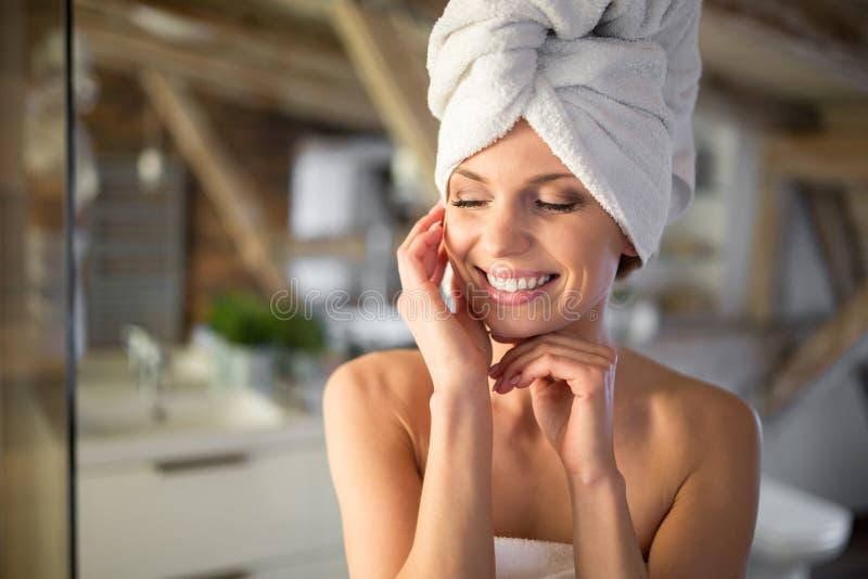 Szczęśliwa piękna kobieta zawijająca w ręcznikach fotografia stock