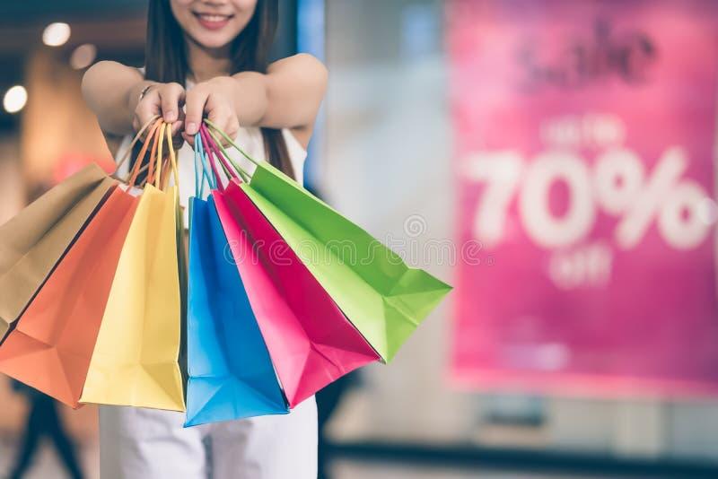 Szczęśliwa piękna młoda azjatykcia kobieta robi zakupy zdjęcie royalty free