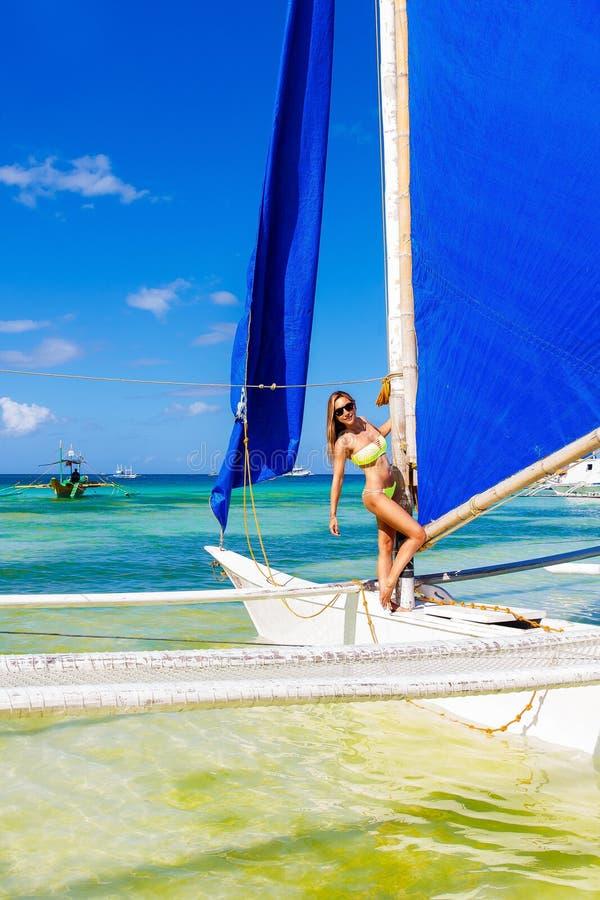 Szczęśliwa piękna młoda dziewczyna w bikini na tropikalnej plaży na sa zdjęcia stock