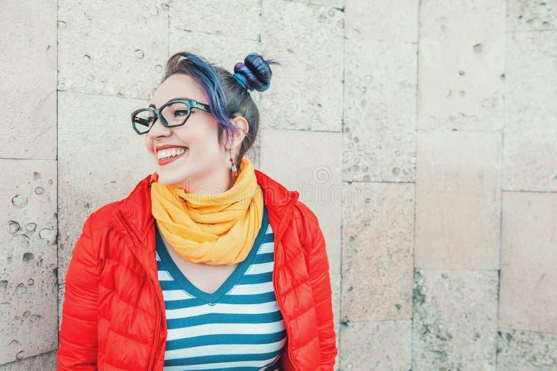 Szczęśliwa piękna moda modnisia kobieta z kolorowym włosianym laughin zdjęcia stock