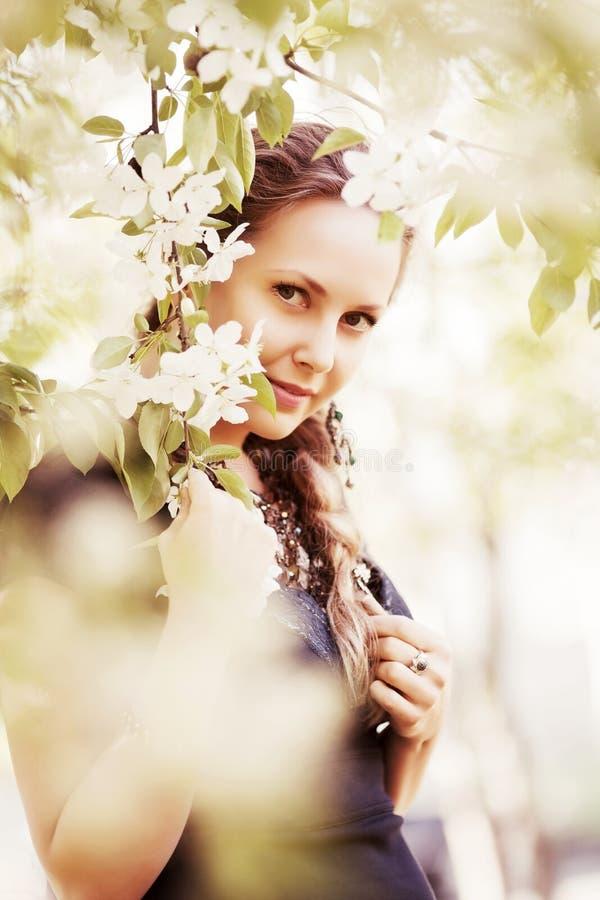 Szczęśliwa piękna mody kobieta w wiosna ogródzie obraz stock