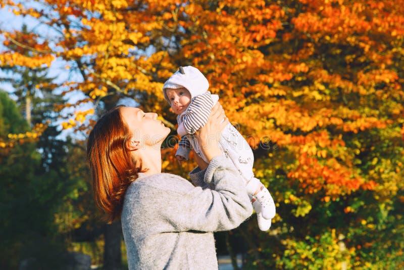 Szczęśliwa piękna potomstwo matka z jej dziecka dzieckiem na naturze obraz stock