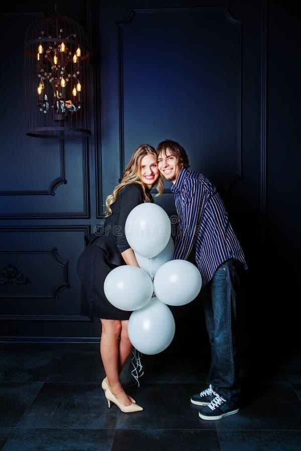 Szczęśliwa piękna potomstwo para z białymi balonami zdjęcie royalty free