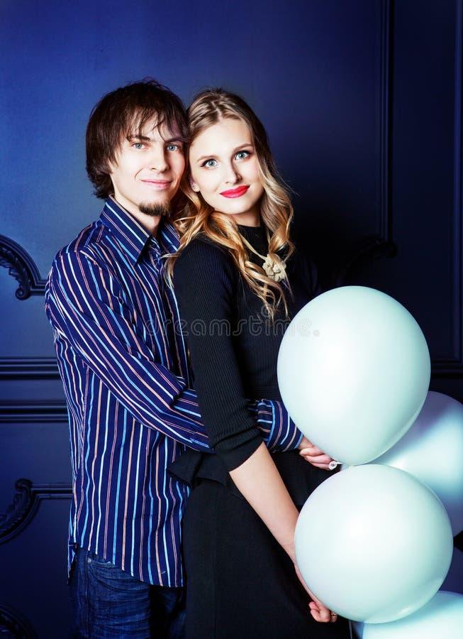 Szczęśliwa piękna potomstwo para z białymi balonami obrazy stock