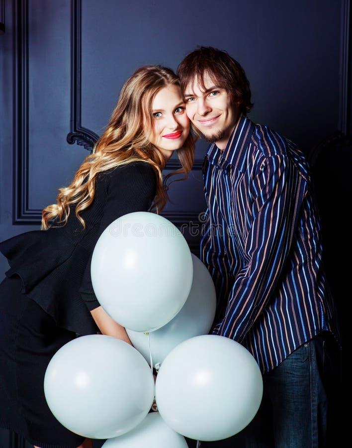 Szczęśliwa piękna potomstwo para z białymi balonami obraz stock