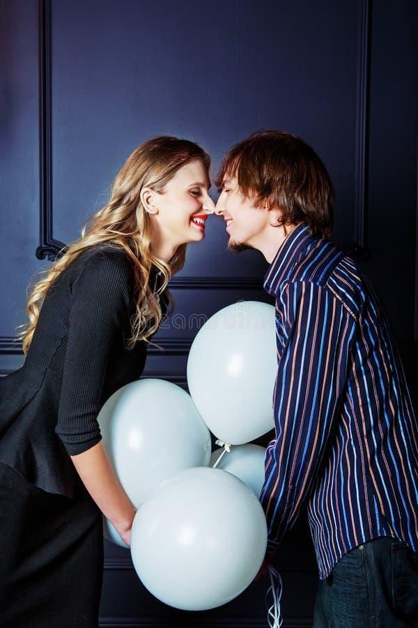 Szczęśliwa piękna potomstwo para z białymi balonami zdjęcie stock