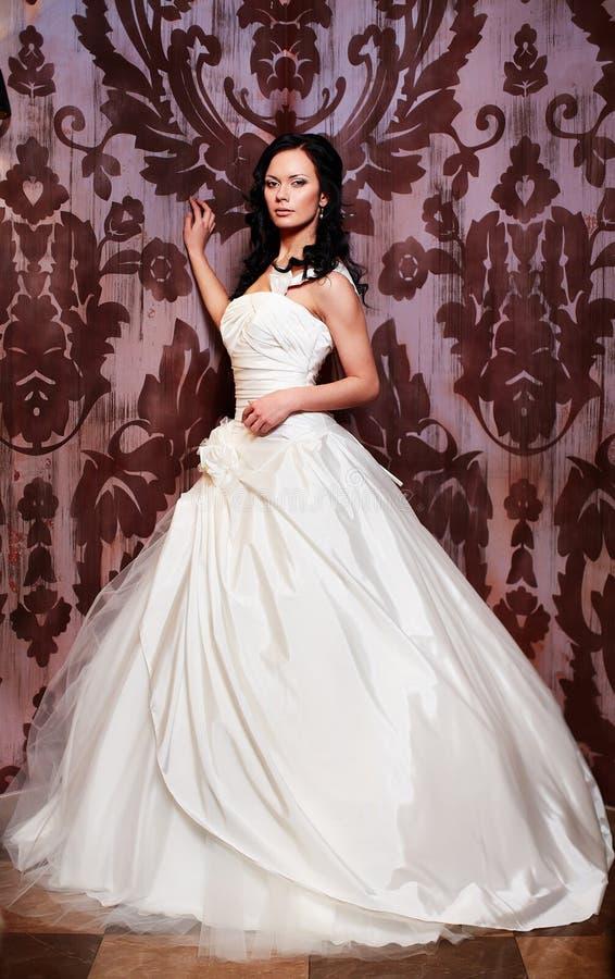 Piękna seksowna panna młoda w białej ślubnej sukni zdjęcia stock