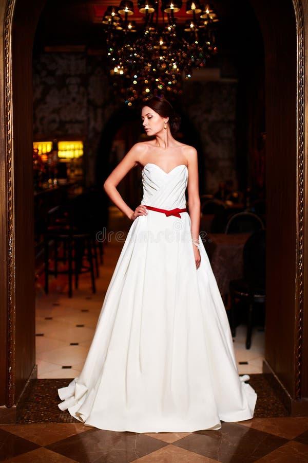 Piękna seksowna panna młoda w białej ślubnej sukni zdjęcie royalty free