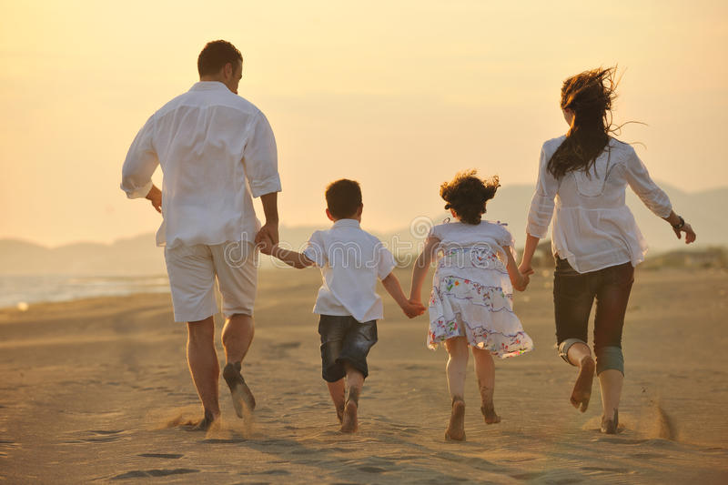szczęśliwa plażowa rodzinna zabawa zmierzchów potomstwa obraz royalty free