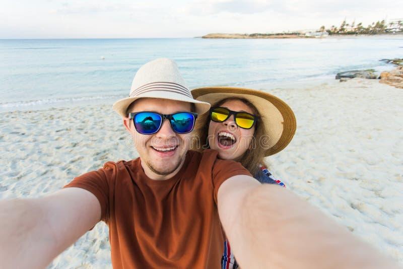 Szczęśliwa podróżna para robi selfie dennemu tłu, pogodny lato barwi, romantyczny nastrój Eleganccy okulary przeciwsłoneczni, sło obrazy stock