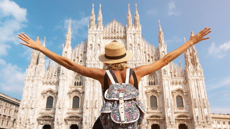 """Szczęśliwa podróżnik dziewczyna w MediolaÅ""""skim mieÅ›cie Turystyczna kobieta pozuje blisko Duomo katedry w Mediolan, WÅ'ochy, zdjęcie stock"""