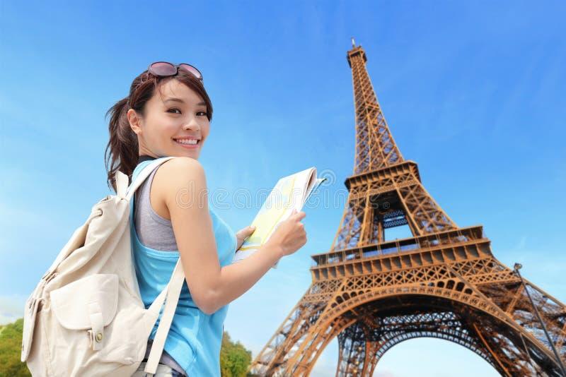 Szczęśliwa podróży kobieta w Paryż obrazy stock