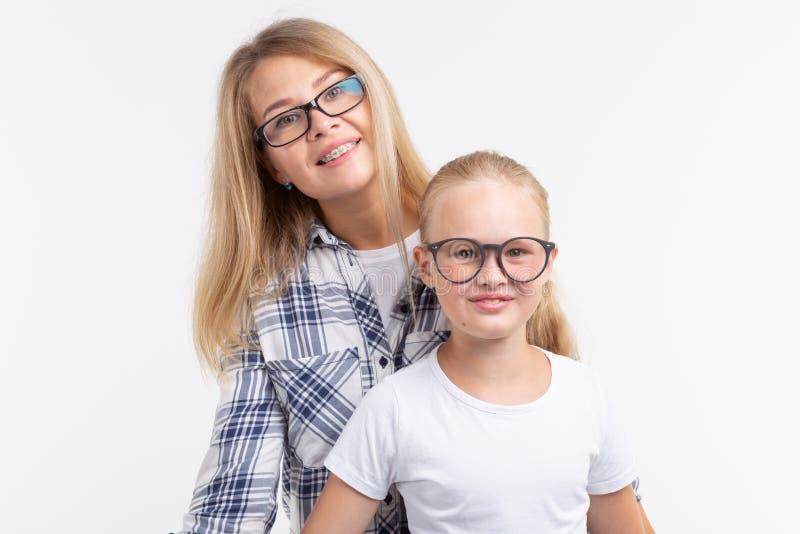 Szczęśliwa potomstwo matka i roześmiany dzieciak w mod szkłach zabawę na białym tle fotografia royalty free