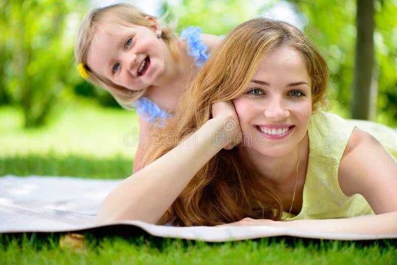 Szczęśliwa potomstwo matka z jej córką obraz stock