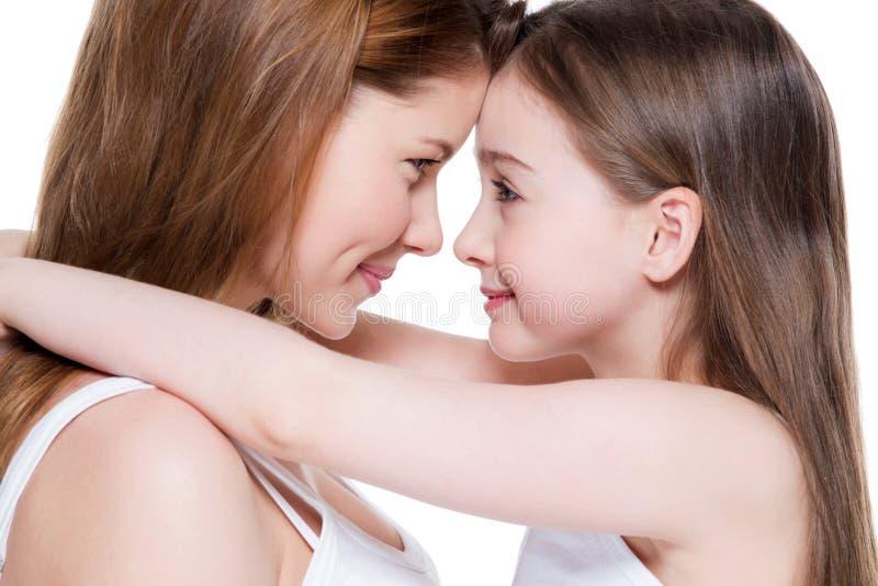Szczęśliwa potomstwo matka z małą córką 8 rok zdjęcia royalty free