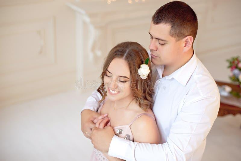 Szczęśliwa potomstwo para datę w dużym białym pokoju z baroku stylu wnętrzem zdjęcia stock
