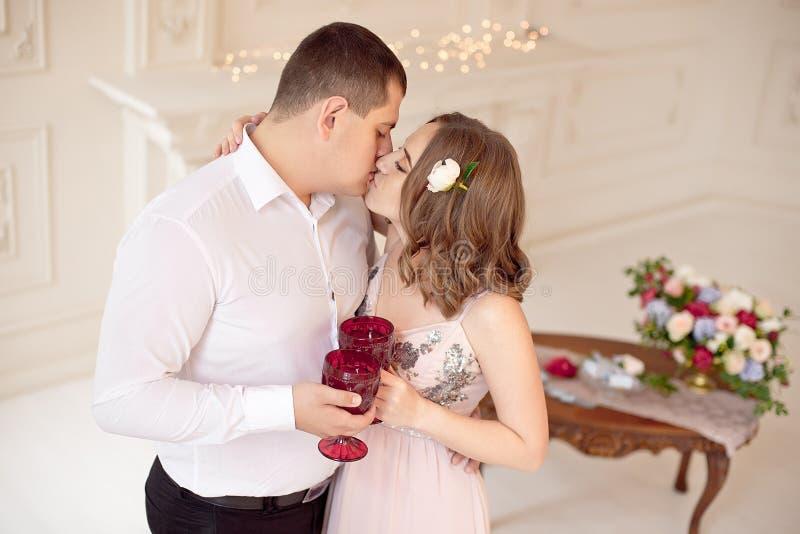 Szczęśliwa potomstwo para datę w dużym białym pokoju z baroku stylu wnętrzem obrazy stock