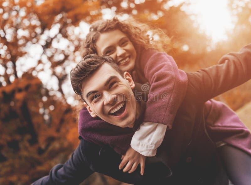 Szczęśliwa potomstwo para na jesieni fotografia stock