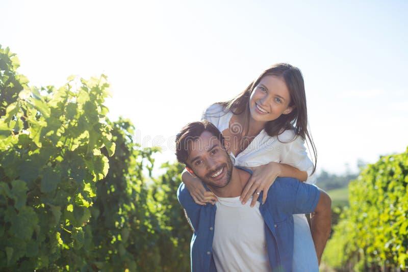 Szczęśliwa potomstwo para piggybacking podczas słonecznego dnia obrazy royalty free