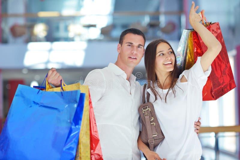 Szczęśliwa potomstwo para w zakupy obraz royalty free