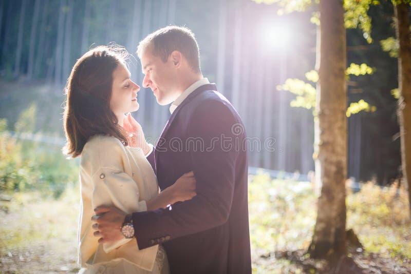 Szczęśliwa potomstwo para wydaje czas plenerowego w jesień parku zdjęcia royalty free