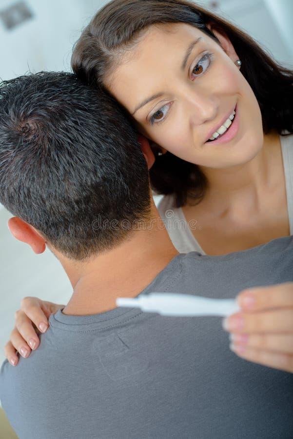 Szczęśliwa potomstwo para znajduje out wynika ciążowego test zdjęcia royalty free