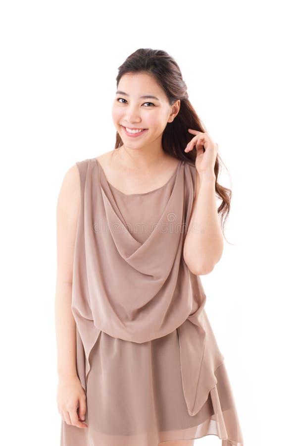 Szczęśliwa, pozytywna azjatykcia kobieta w brąz sukni, fotografia stock