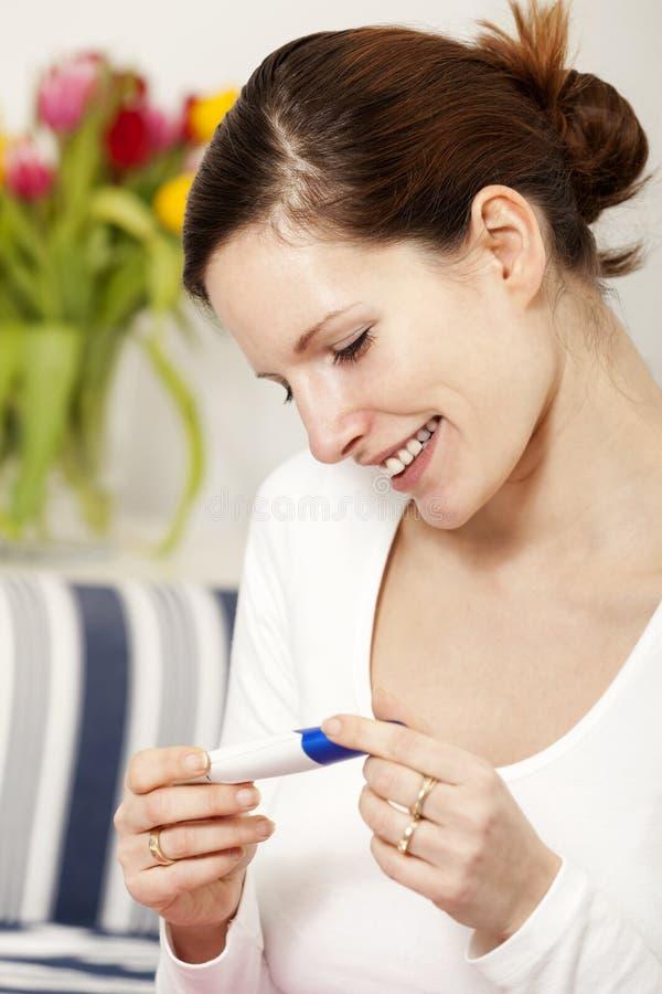 szczęśliwa pozytywna ciążowego testa kobieta fotografia royalty free