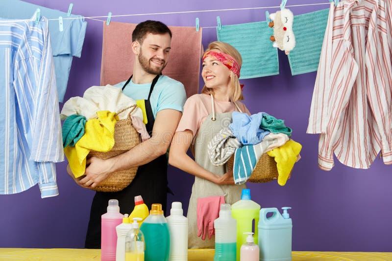 Szczęśliwa pozytywna para cieszy się czas w domu zdjęcie royalty free