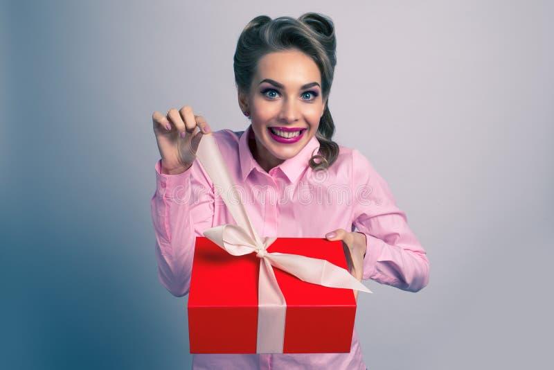 szczęśliwa prezent kobieta obrazy stock