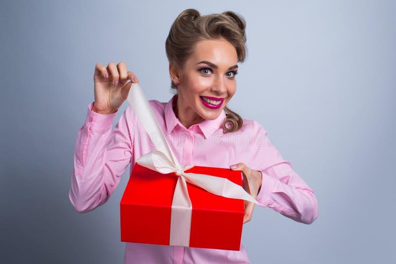 szczęśliwa prezent kobieta zdjęcia royalty free