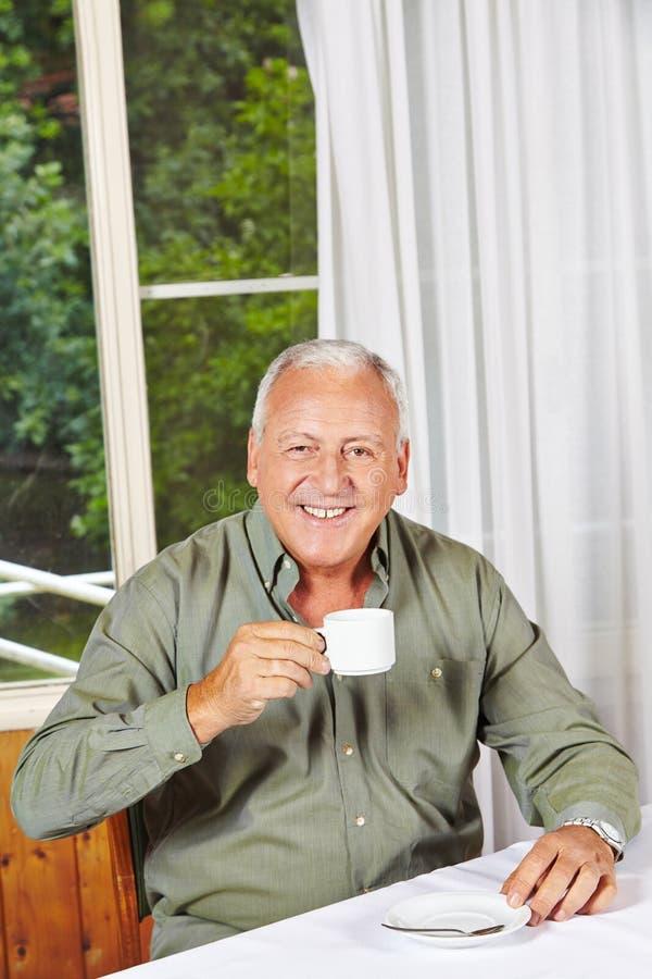 Szczęśliwa przechodzić na emeryturę mężczyzna pije kawa fotografia royalty free