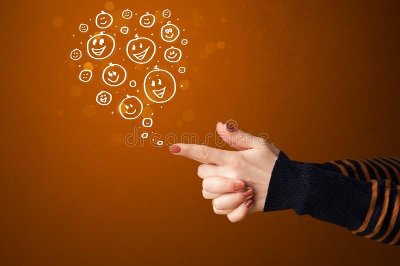 Szczęśliwa ręka drawed smiley stawia czoło przybycie z pistolet kształtować ręk obrazy royalty free