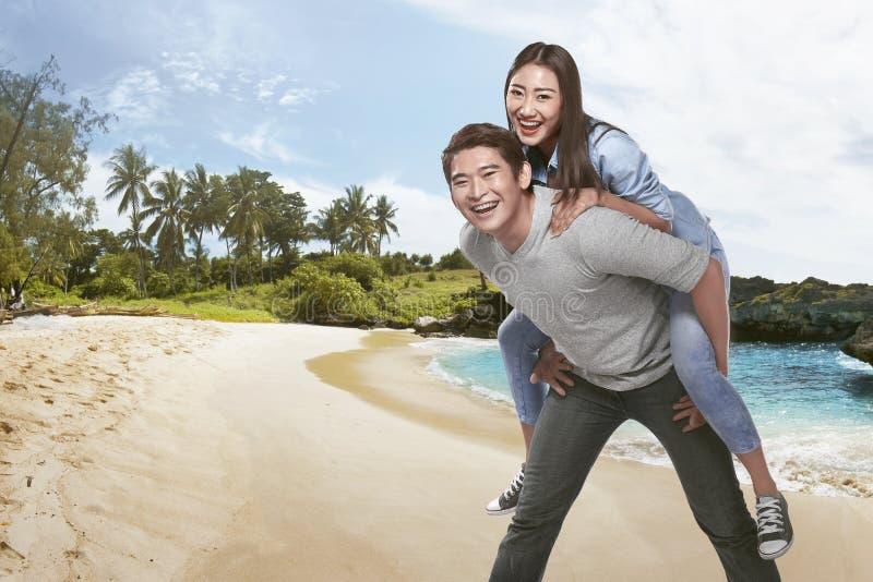 Szczęśliwa radosna azjatykcia para ma zabawę wpólnie zdjęcie stock