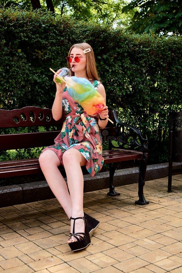 Szczęśliwa radosna młoda kobieta z barwionego bawełnianego cukierku napoju mojito świeżym koktajlem fotografia royalty free